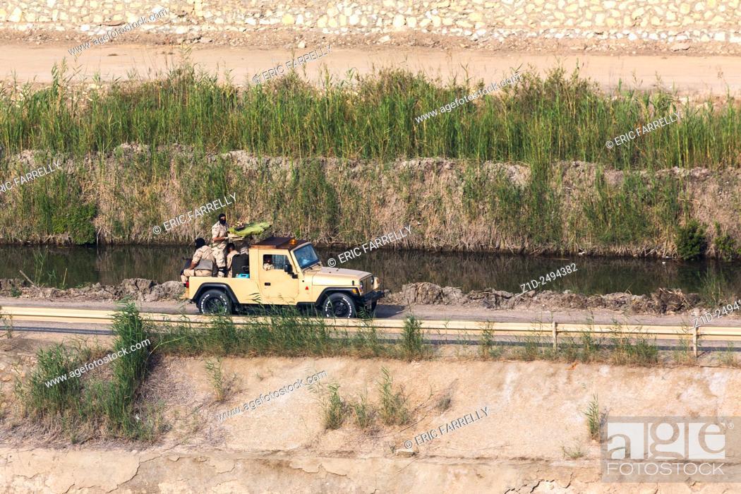 Imagen: Egyptian security forces patrolling Suez Canal Egypt.