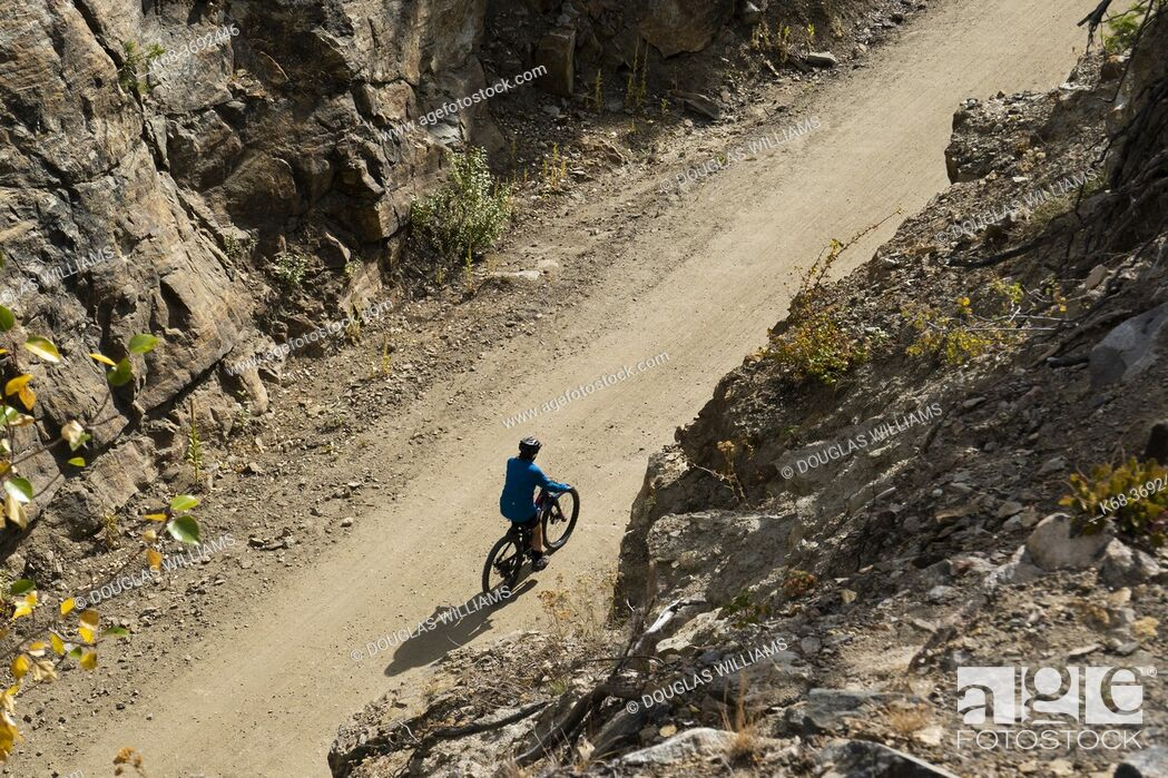 Imagen: A cyclist rides in the Myra Canyon, Kettle Valley Rail Trail, Okanagan, British Columbia, Canada.