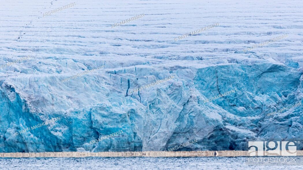 Imagen: Glacier In Spitsbergen With Turquoise Color And A White Line Of Ice At Sea Level.