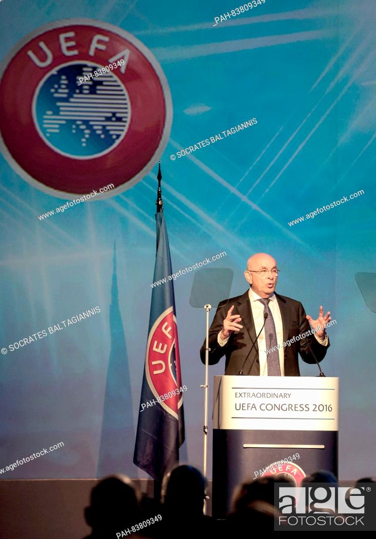 Imagen: Michael Van Praag, candidate for the presidency of UEFA gives speech during the 12th UEFA extraordinary congress in Athens, Greece.