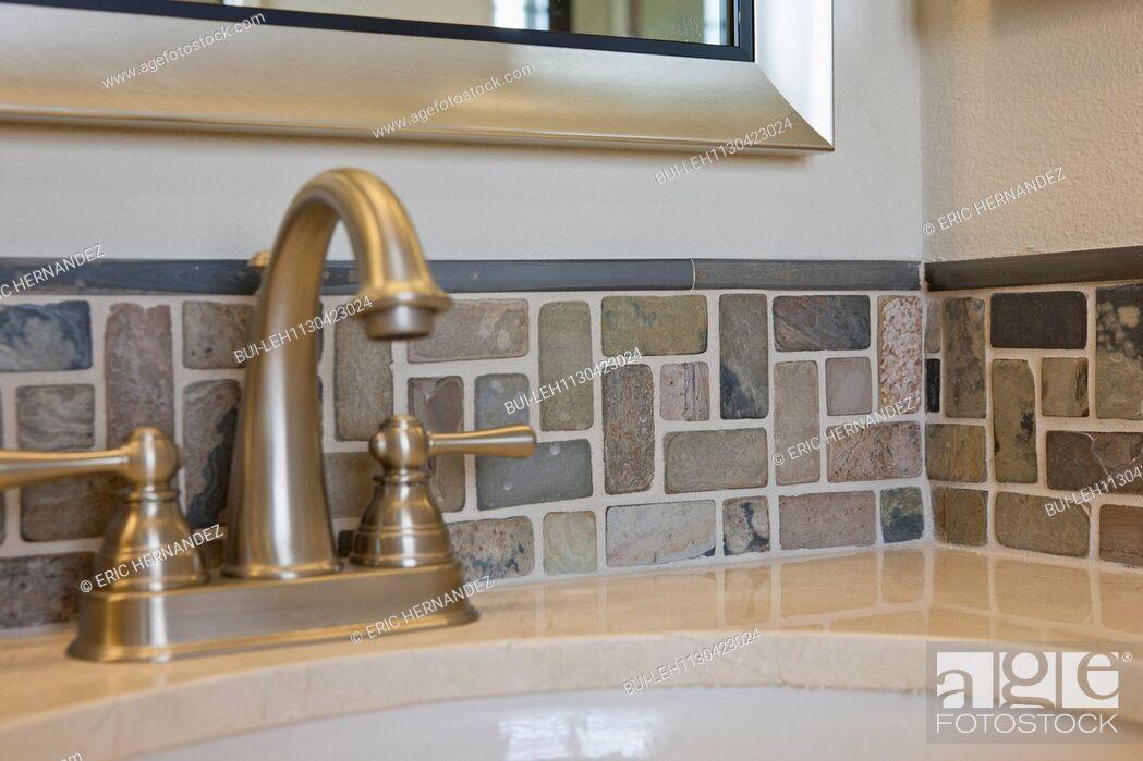 Imagen: Faucet and backsplash in domestic bathroom.