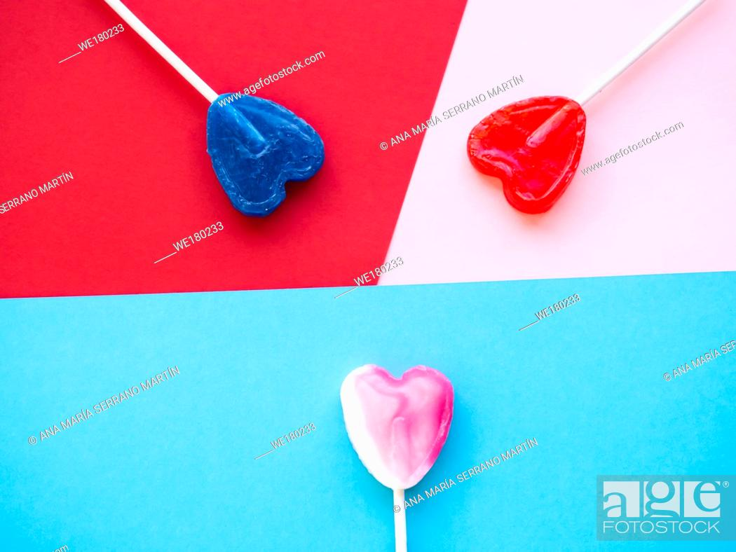Imagen: Several lollipops on a red, pink and blue background.