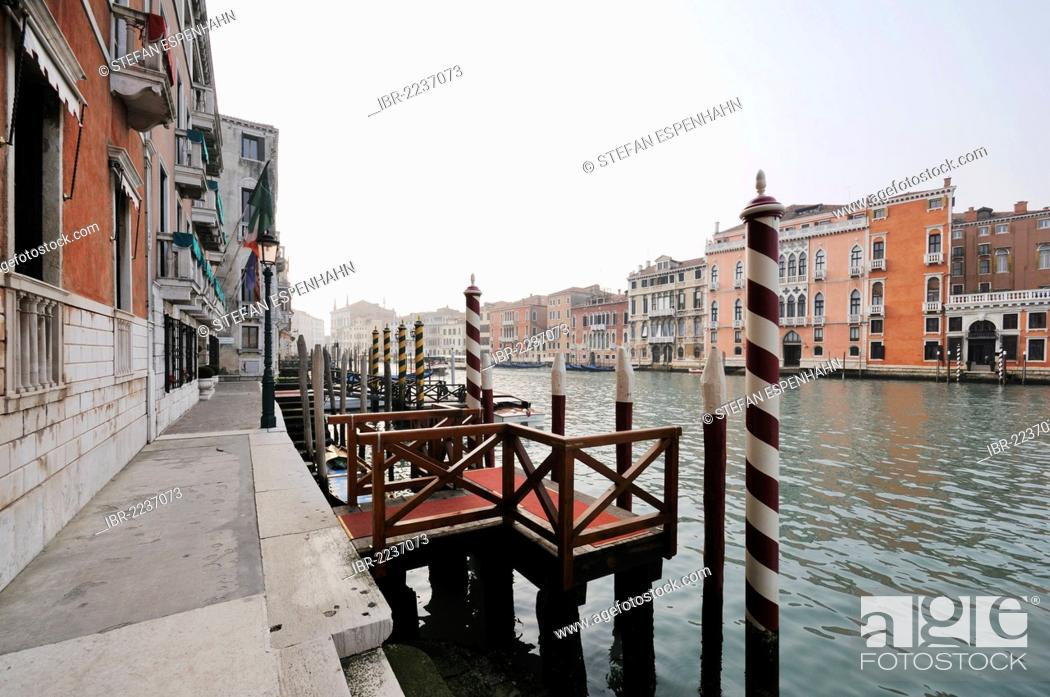 Photo de stock: View of the Grand Canal, Canal Grande, with Palazzo Tiepoletto Passi, Palazzo Soranzo Pisani, Palazzo Tiepolo Passi, Palazzo Pisani Moretta.