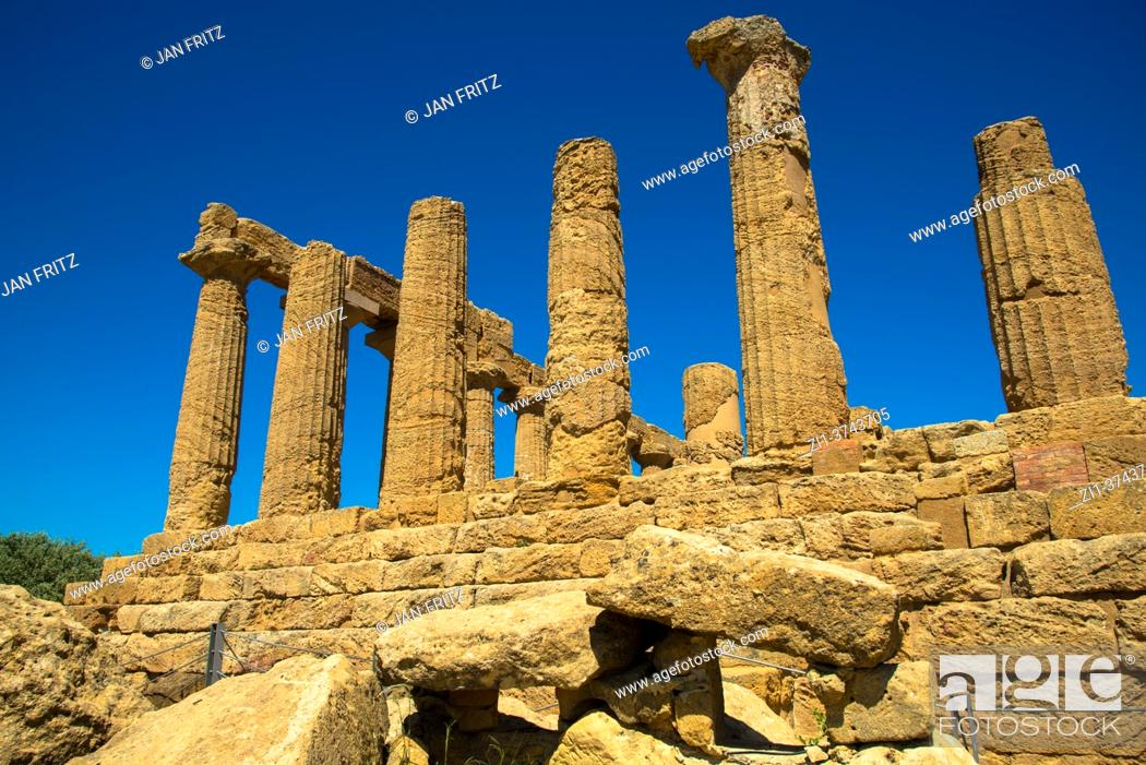 Photo de stock: ruin of Temple of Juno at Valley of the Temples in Agrigento, Sicilly, Italy.