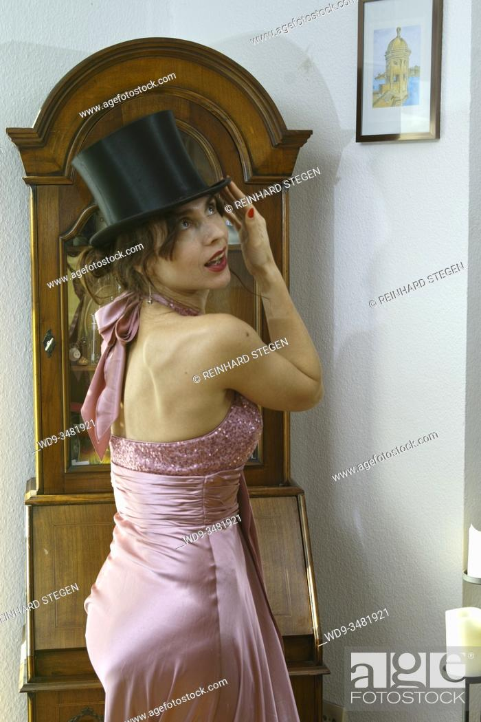 Imagen: model adjusting top hat.