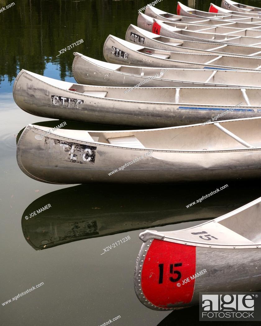 Photo de stock: Canoes at Colter Bay Marina on Jackson Lake in Grand Teton National Park.