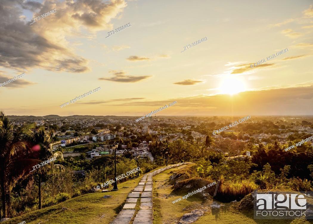 Imagen: Cityscape at sunset seen from Loma del Capiro, Santa Clara, Villa Clara Province, Cuba.