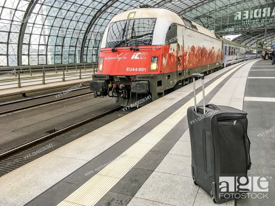 Imagen: Berlin, Germany. Lonely suitcase, abandoned and depressed, waiting at an S-Bahn Platform for it's owner to take it on an international journey back home.