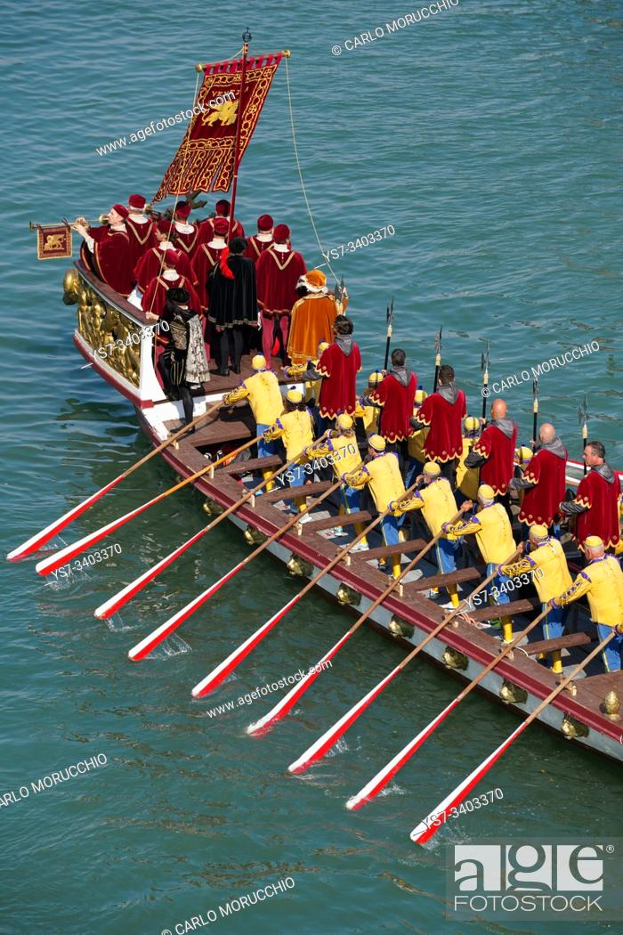 Imagen: The boats of the historical procession for the historical regatta on the Grand canal of Venice, Italy, Europe.