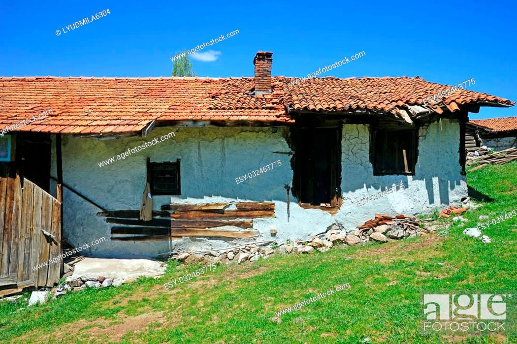 Imagen: an old house with a collapsing roof.