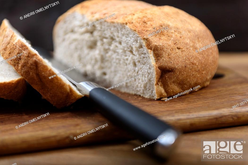 Imagen: grain bread is sliced on the Board.
