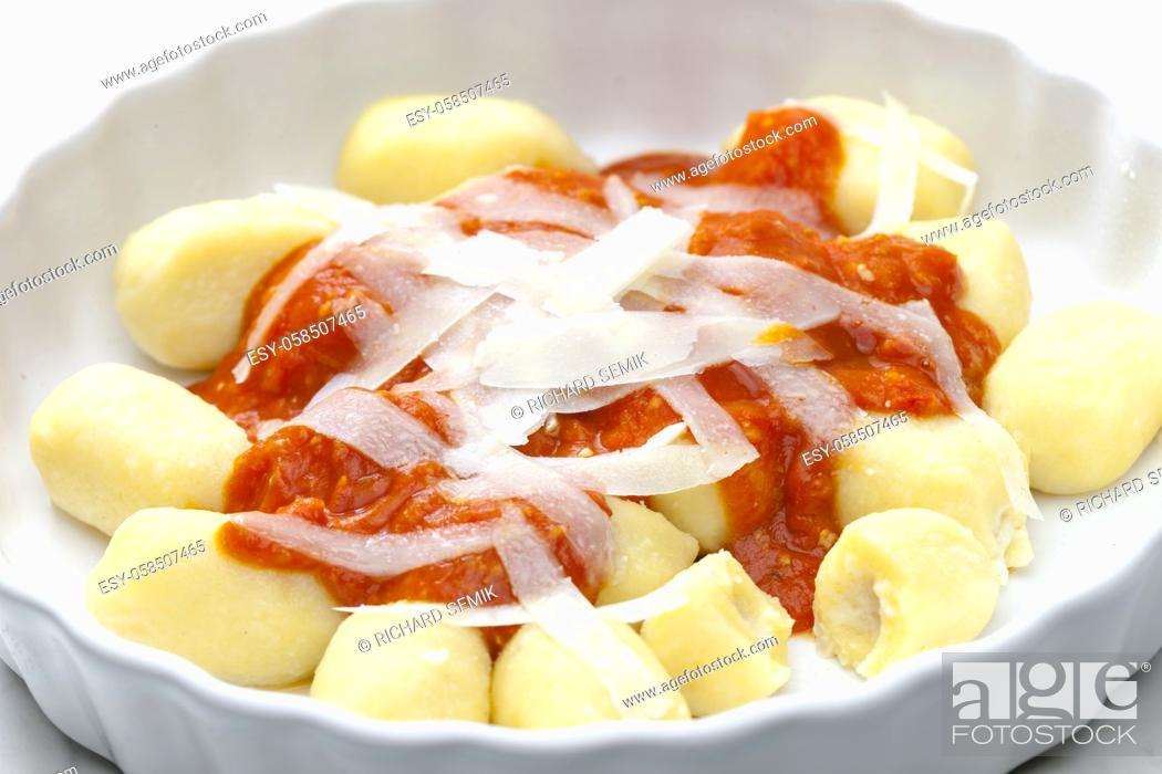 Imagen: gnocchi with tomato sauce and parmesan cheese.