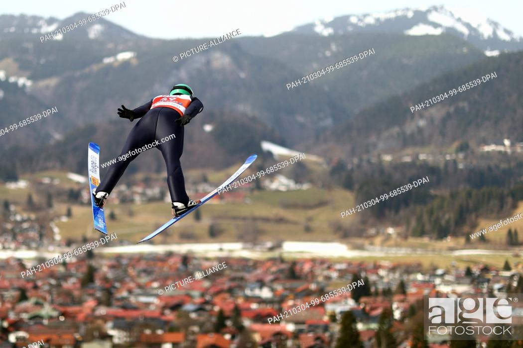 Imagen: 04 March 2021, Bavaria, Oberstdorf: Nordic skiing: World Cup, combined, individual, large hill/10 km, men, jump. Fabian Rießle from Germany in action.