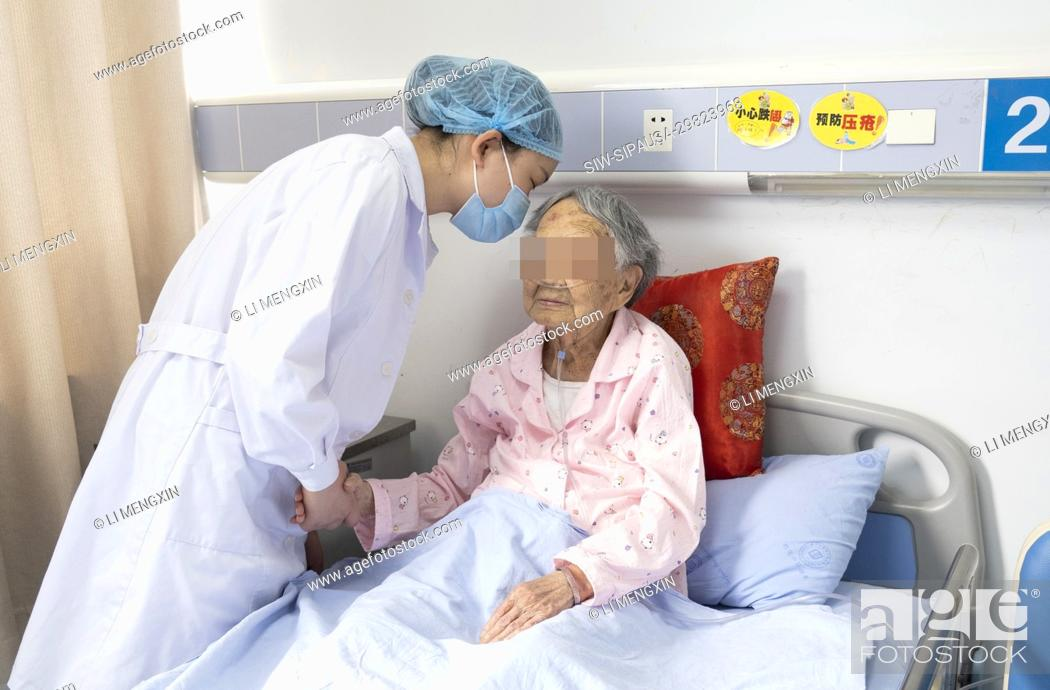 Stock Photo: (200510) -- CHENGDU, May 10, 2020 (Xinhua) -- She Sha talks with a patient in the Fourth People's Hospital of Sichuan in Chengdu.