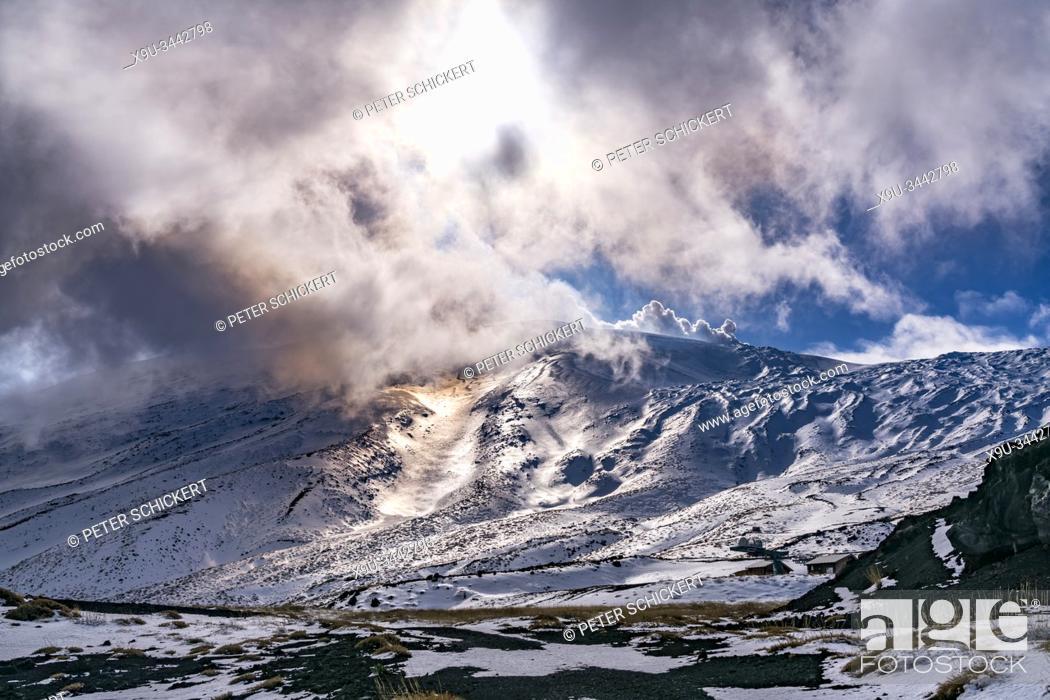 Stock Photo: Die Sonne scheint durch die Wolken über dem schneebedeckten Vulkan Ätna, Sizilien, Italien, Europa | the sun shining through the clouds over snow covered Mount.