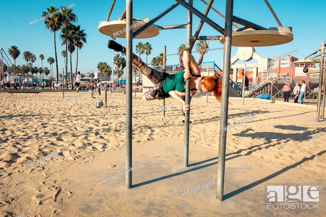 Imagen: USA, California, Los Angeles, Venice, Musle Beach, sporty woman on pole, poledance.