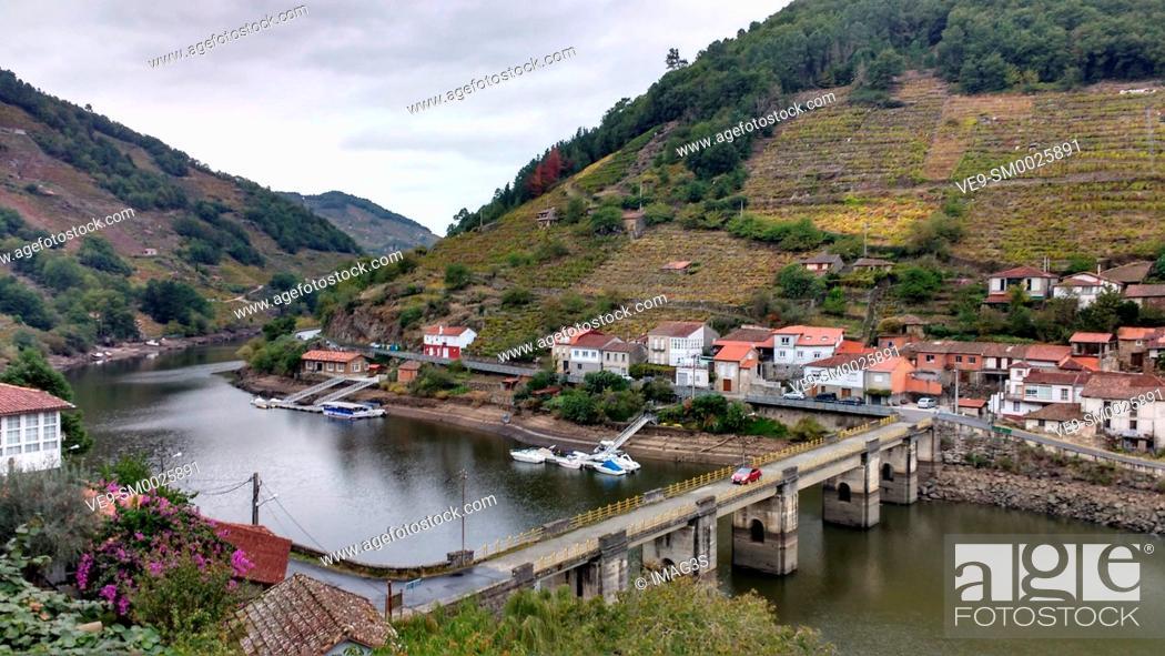 Photo de stock: Belesar village, Chantada municipality, Ribeira Sacra, Lugo, Spain.