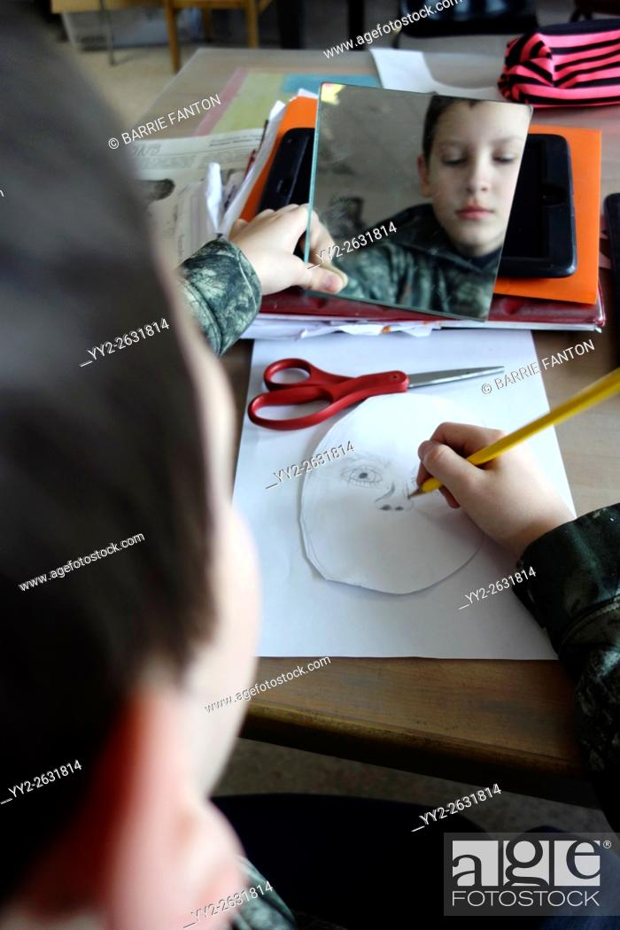 Imagen: 6th Grade Boy Drawing Self-Portrait With Mirror, Wellsville, New York.