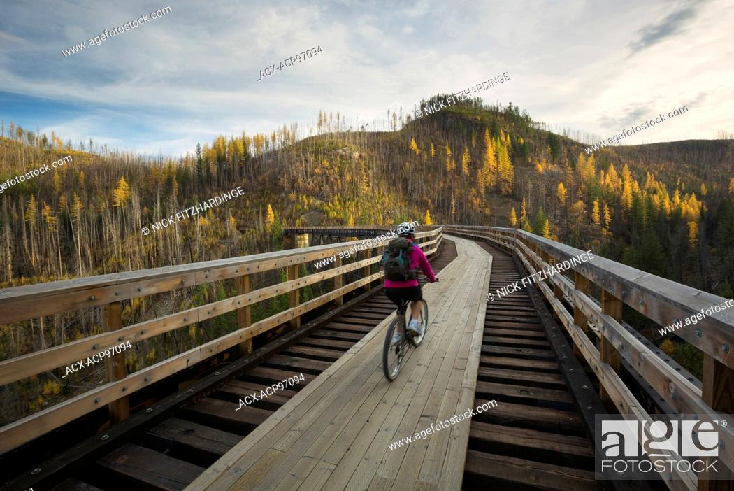 Imagen: Biking over the trestles in myra canyon.