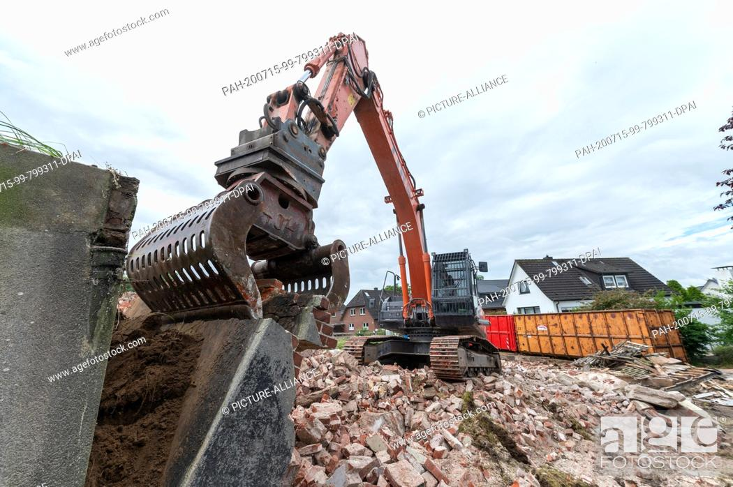 Photo de stock: 15 July 2020, Lower Saxony, Hoopte: An excavator is used to demolish the old barrage keeper's house near the Elbe. The demolition is related to the upcoming.