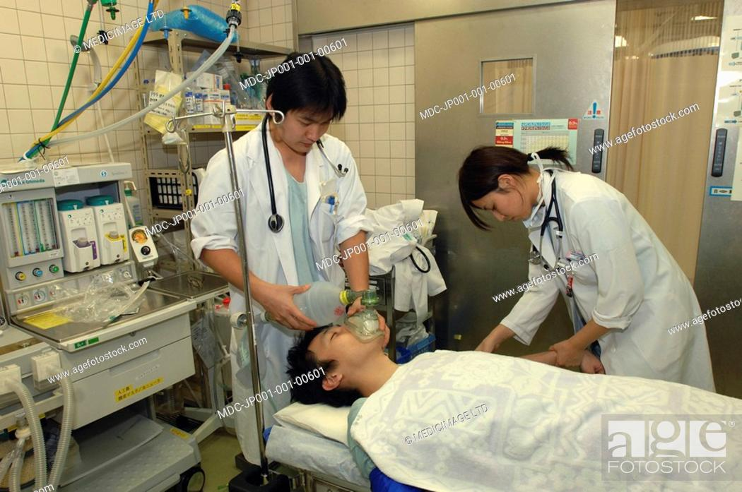 Photo de stock: Doctors rescusitating a patient in the Emergency Rescue Center of the Japanese Red Cross Hospital, Kyoto./n/n.