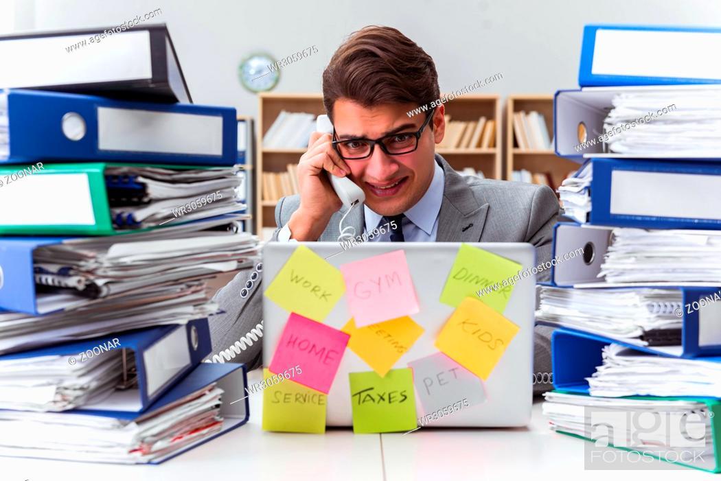 Imagen: Businessman struggling with multiple priorities.