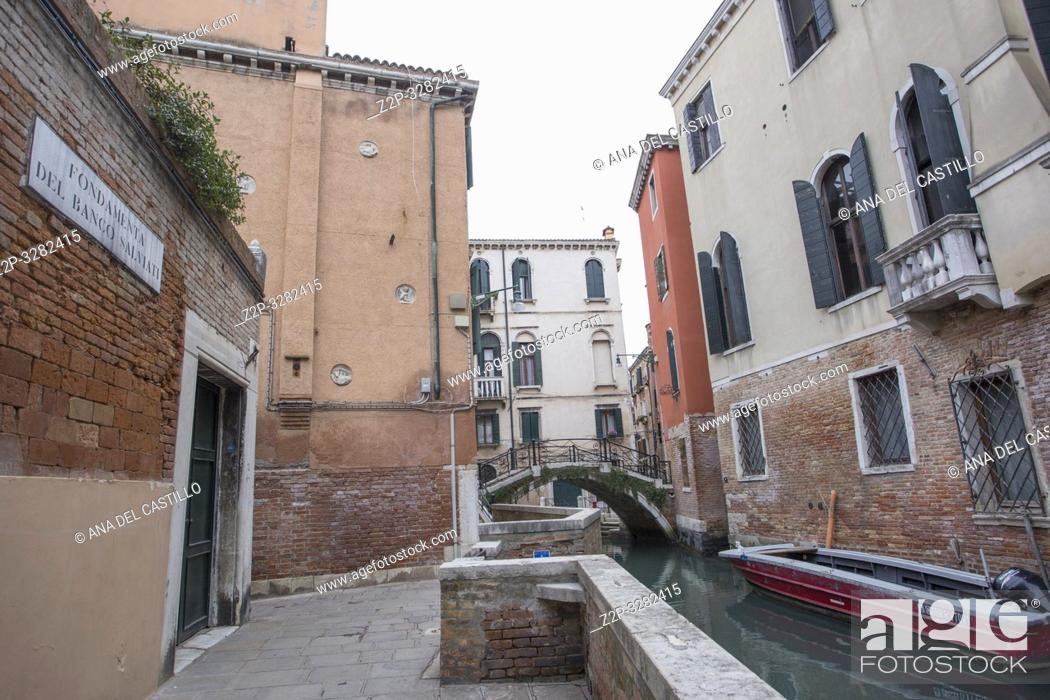 Imagen: Venice Veneto Italy on January 19, 2019: Cityscape at a winter morning. Dorsoduro quarter.