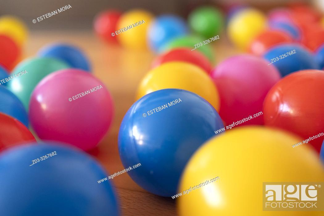 Imagen: Colour balls on wood floor.