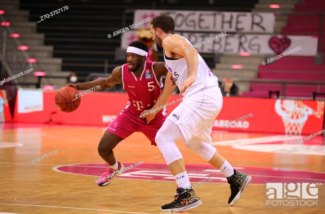 Stock Photo: Bonn, Germany, 27. 12. 2020, Telekom Dome, Basketball Bundesliga, Telekom Baskets Bonn vs BG Goettingen: Josh Hagins (Bonn) und Harper Kamp (Goettingen) battle.