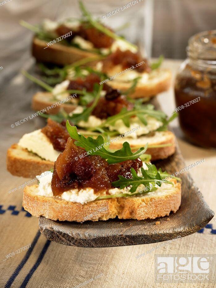 Stock Photo: chutney de manzana sobre tostadas de pan.