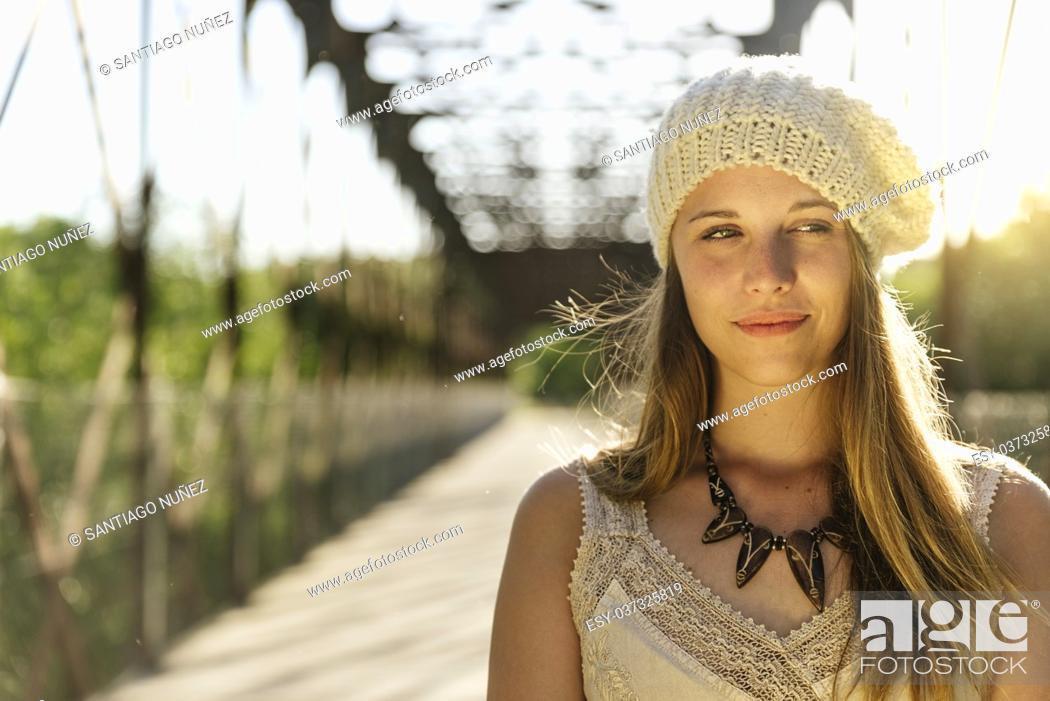 Imagen: Closeup portrait of a girl in autumn park.