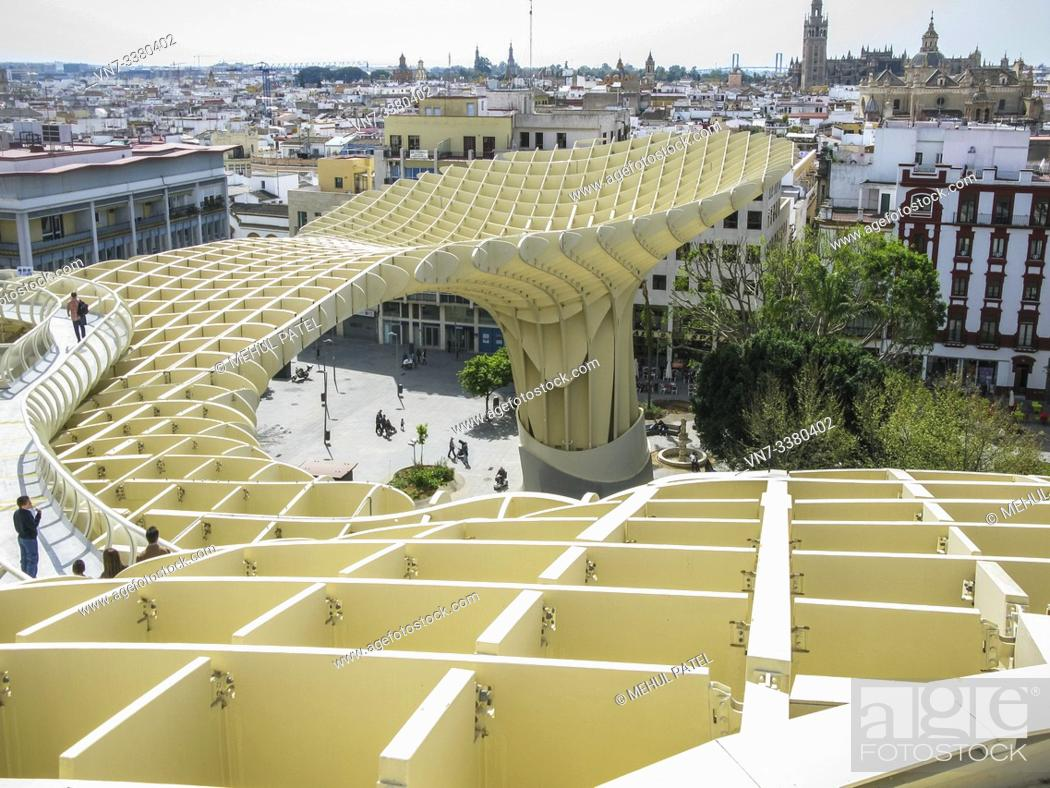 Imagen: Walkway and viewpoint from las Setas de Sevilla at the Plaza de Encarnación in Seville, Andalucia, Spain. Las Setas de Sevilla also known as Metropol Parasol is.