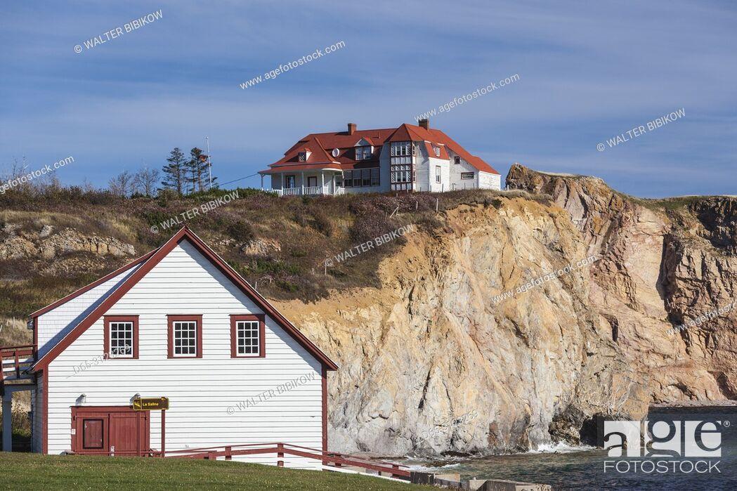Imagen: Canada, Quebec, Gaspe Peninsula, Perce, village buildings, autumn.