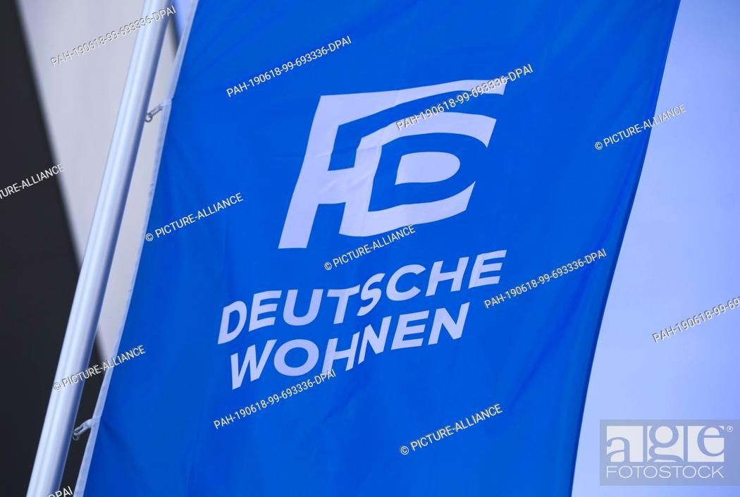 Imagen: 18 June 2019, Hessen, Frankfurt/Main: The logo of the real estate group Deutsche Wohnen can be seen in the morning on a flag in front of the entrance to the.