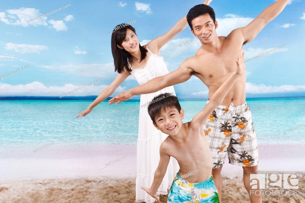 Imagen: Family on beach.