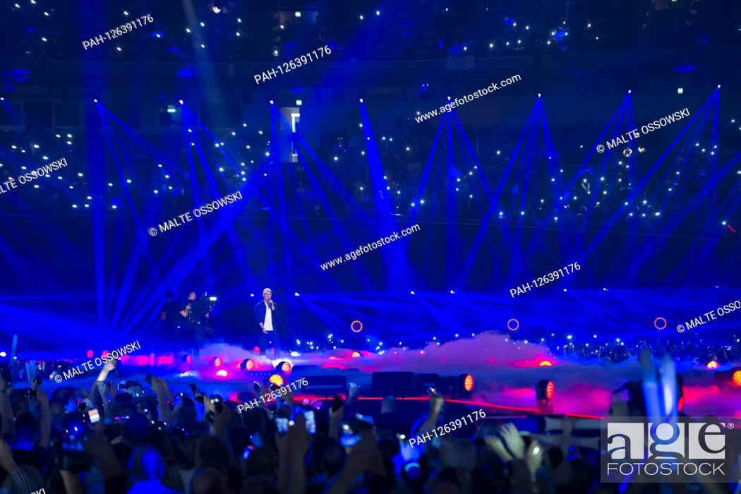 Photo de stock: Oli P., Oliver PTSZOKAT, musician, singer, presenter, singing, singing, concert, performance, show, SCHLAGERBOOOM 2019, Aì ALLES SPARKLING! ALL GLITZERT.