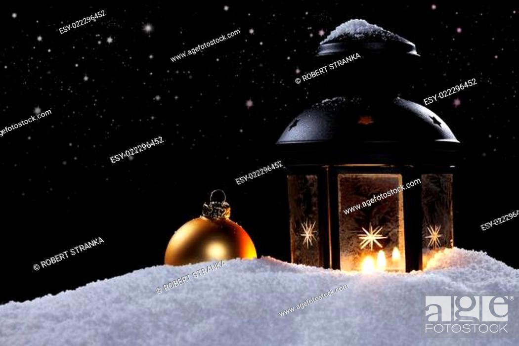Stock Photo: laterne mit christbaumkugel unter sternenhimmel.