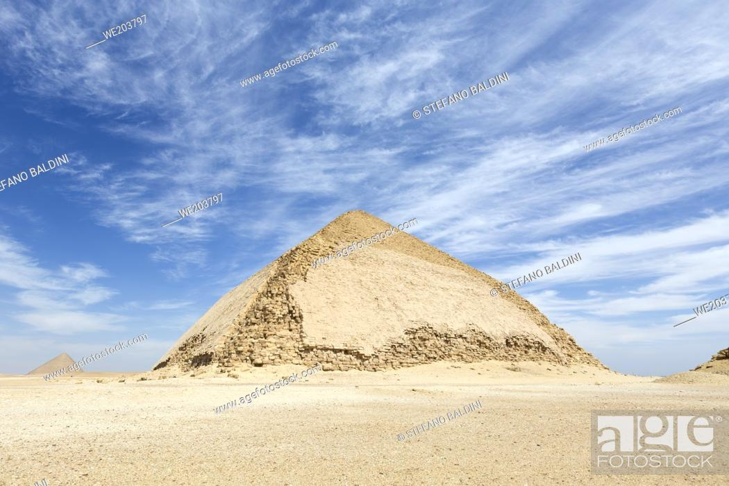 Imagen: The bent pyramid with the red pyramid in the distance, Dahshur, Egypt.