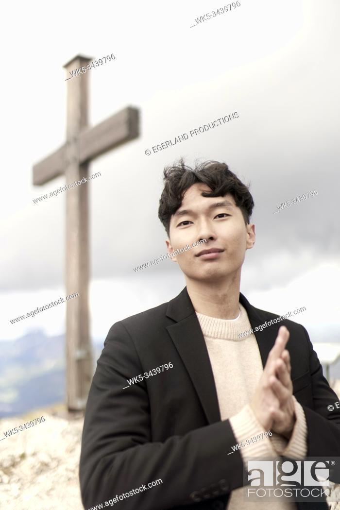 Imagen: Korean man at summit cross.