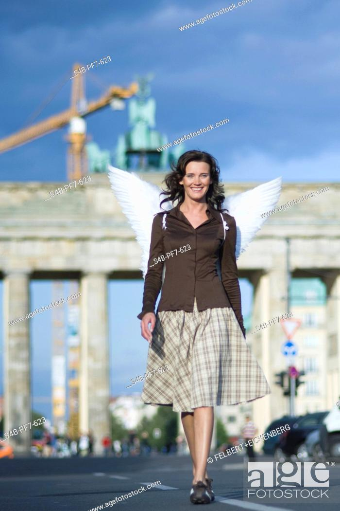 Imagen: Woman with angel wings at Brandenburg Gate, Berlin, Germany.
