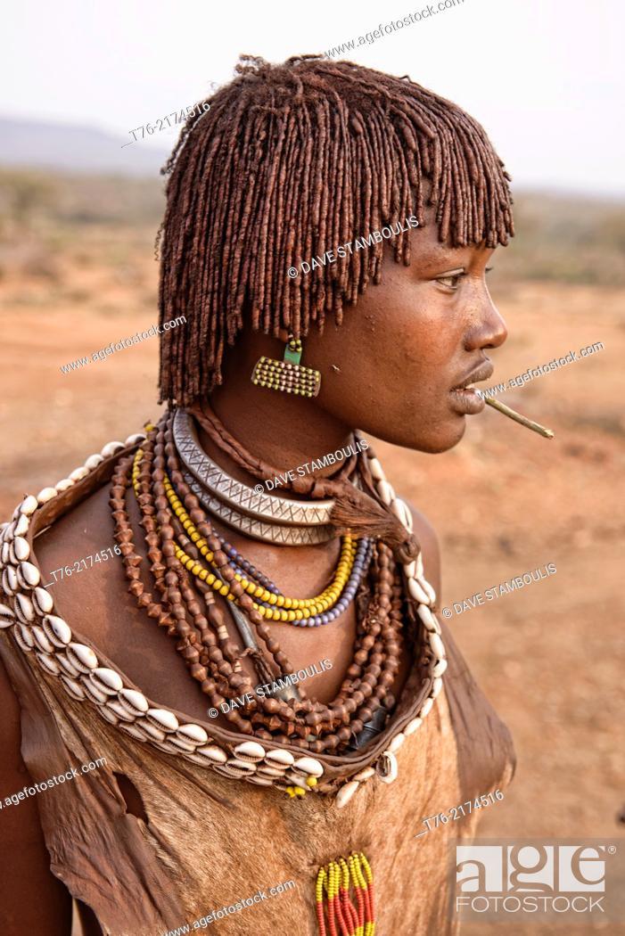 Imagen: Hamer girl in her village near Turmi in the Omo Valley, Ethiopia.