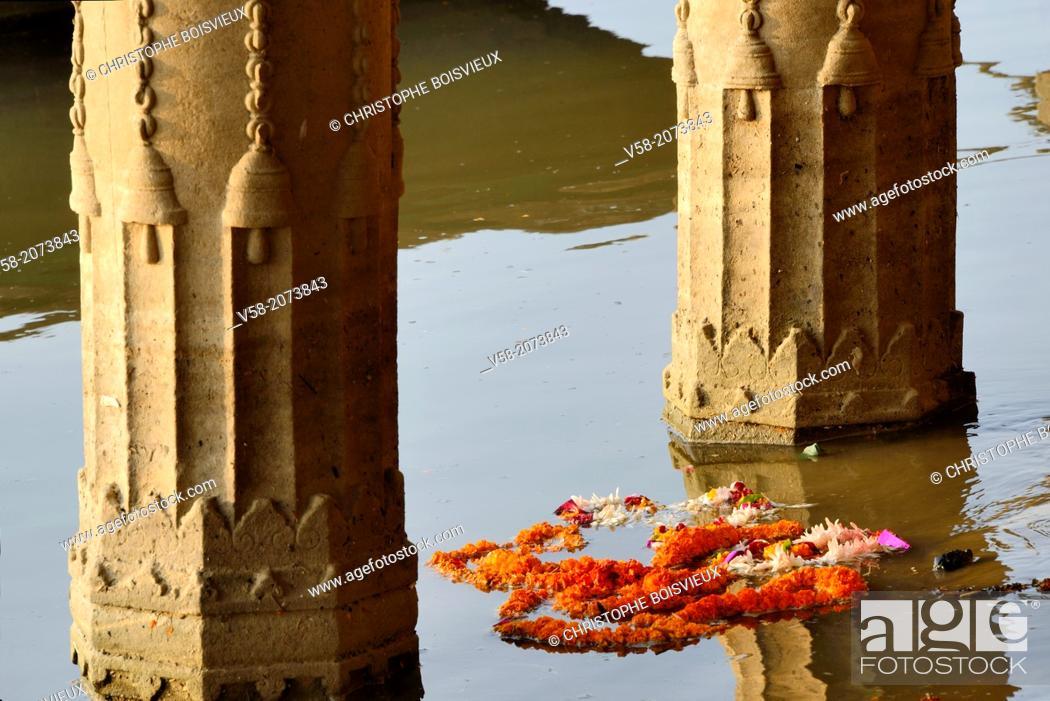 Stock Photo: India, Uttar Pradesh, Varanasi, Sunken temple, Marygold garland.