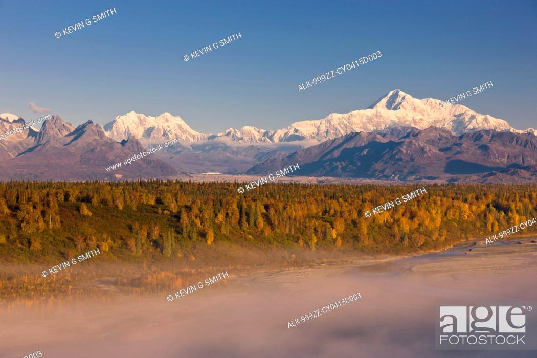 Photo de stock: Scenic morning view of fog in the Chulitna River valley with Mt. McKinley in the background, Denali State Park, Southcentral Alaska, Autumn.