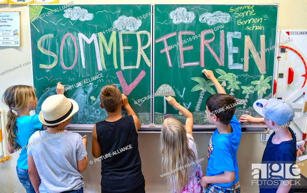 "Stock Photo: 18 June 2019, Brandenburg, Booßen: ILLUSTRATION: The pupils (l-r) Nele, Ben, Tommes, Johanna, Domenik and Arijen from class 2A of the elementary school """"Am."