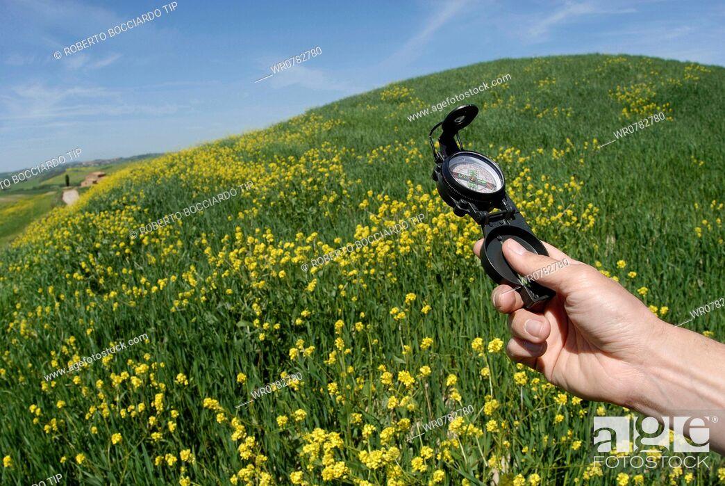 Imagen: Man's hand holding a compass.