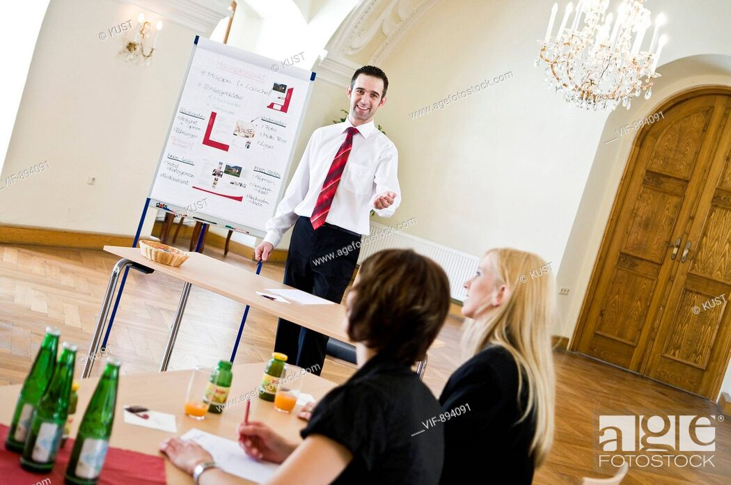 Stock Photo: referent vor flipchart - Austria, 07/07/2008.