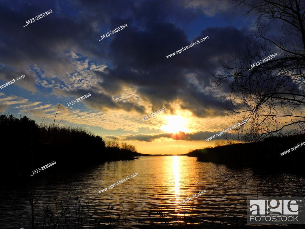 Stock Photo: The weak winter sun is just about to set, leaving little light in the sky, Pennsylvania, USA.