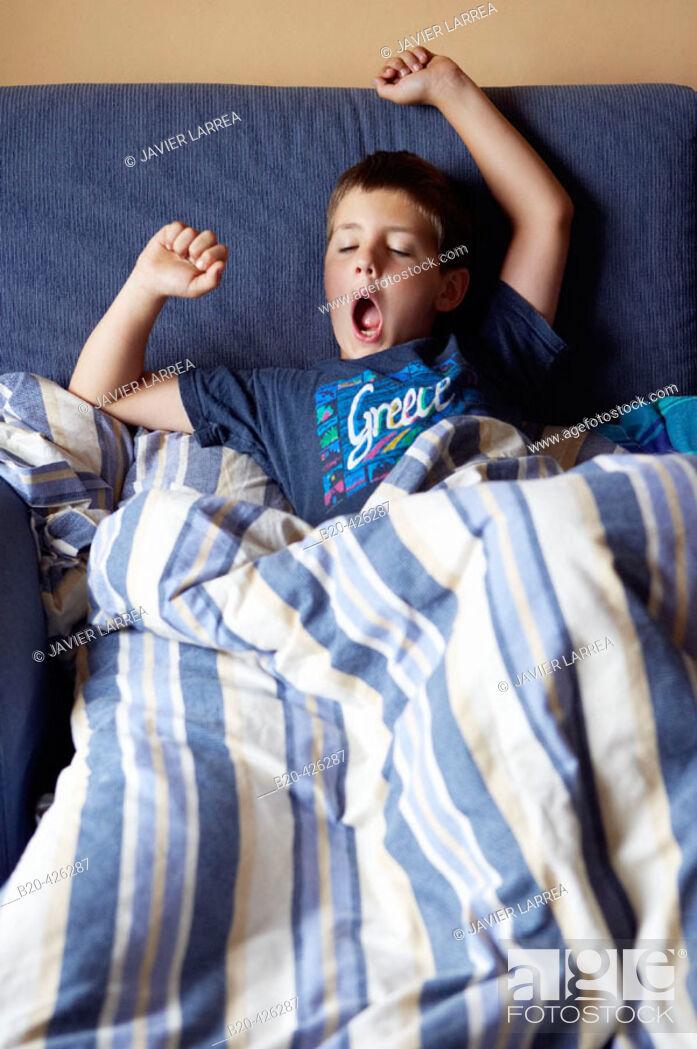 Imagen: 8 year old boy stretching.