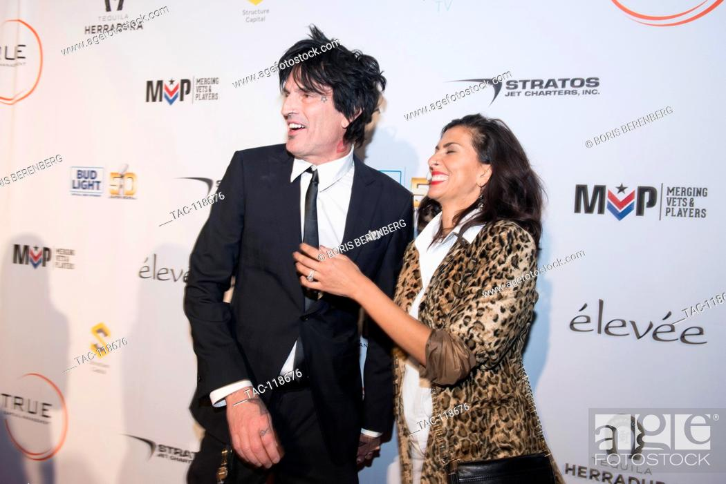 Imagen: Tommy Lee poses with his fiance Sofia Toufa for a photo at the Glazer Palooza + Suits & Sneakers Red Carpet event on February 3rd at Pier 27 in San Francisco.
