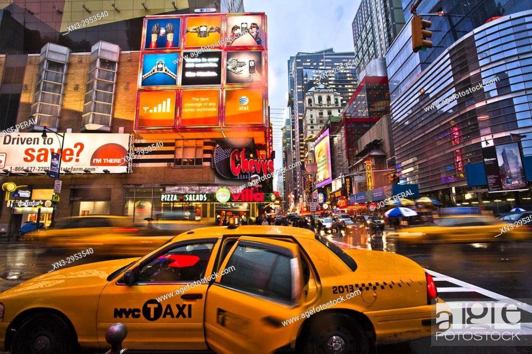Imagen: Person taking a taxi in rainy day, 8th Avenue and W 42nd St, Times Square, Midtown, Manhattan, New York, New York City, United States, USA.